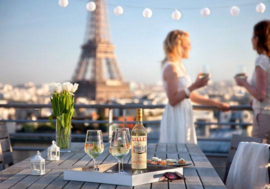 Mise en scène en extérieur, Paris, pour la marque Lillet, alcool, beverage, Photographie et stylisme Pauline Daniel
